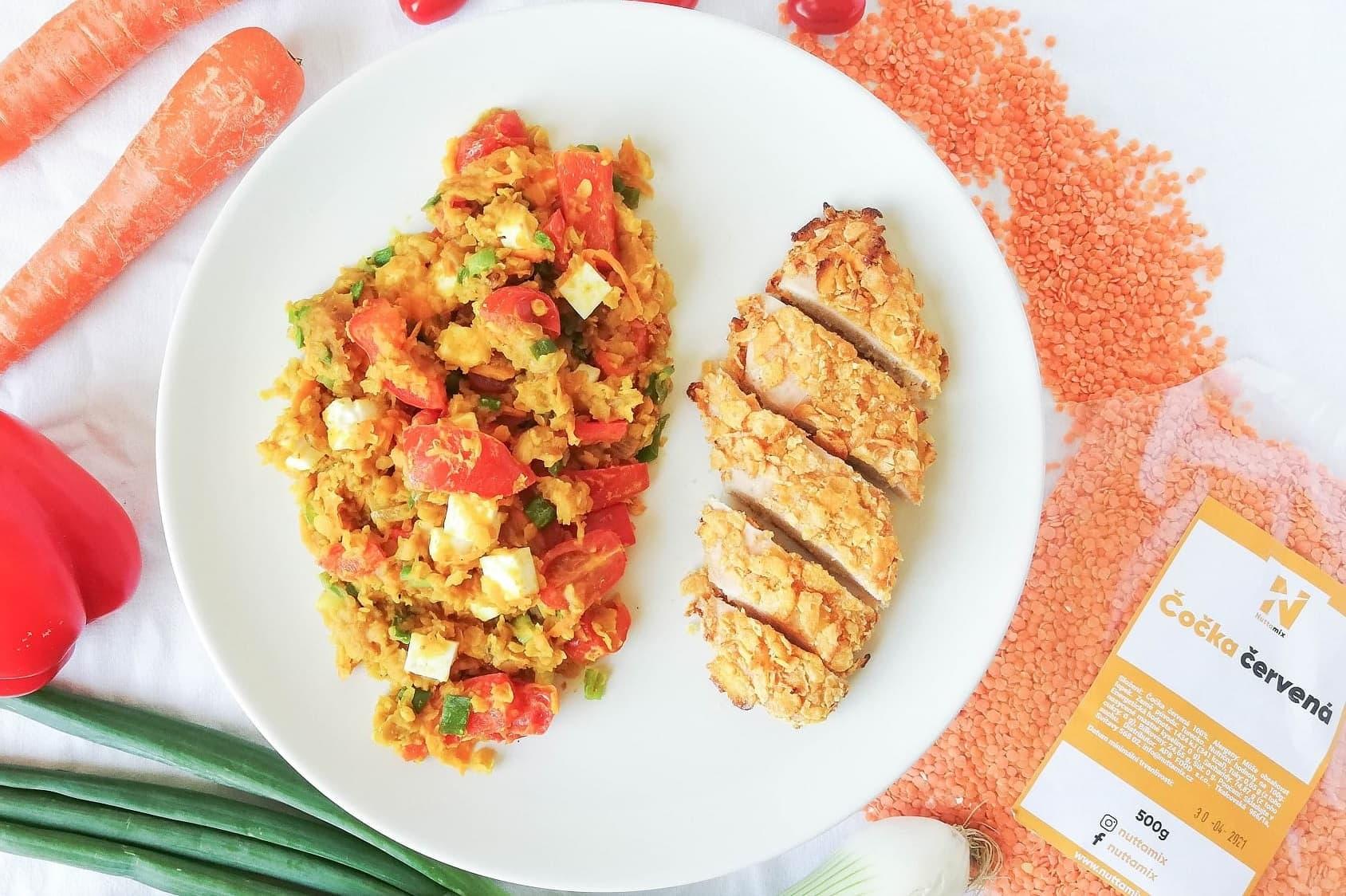 Recept: Čočkový salát s balkánským sýrem a kuřecím v cornflakes