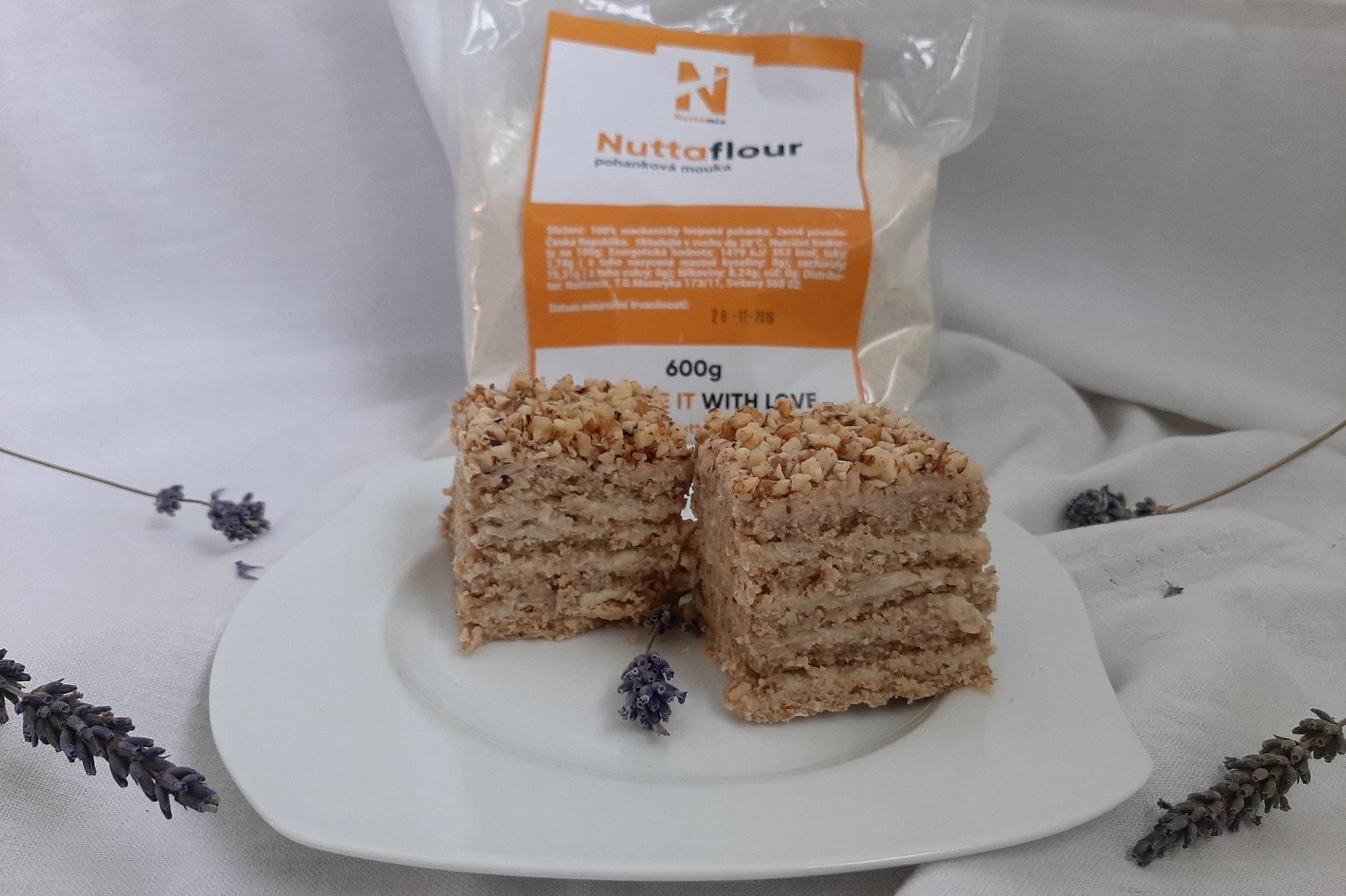Recept: Zdravá alternativa medovníku? Fit levandulovo-hruškový koláč z rýžové mouky.