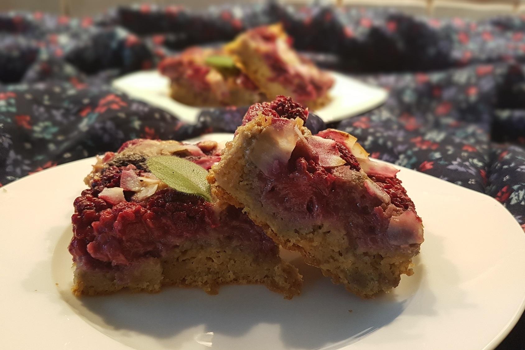 Recept: Zdravý cuketový koláč s ostružinami a špaldové mouky