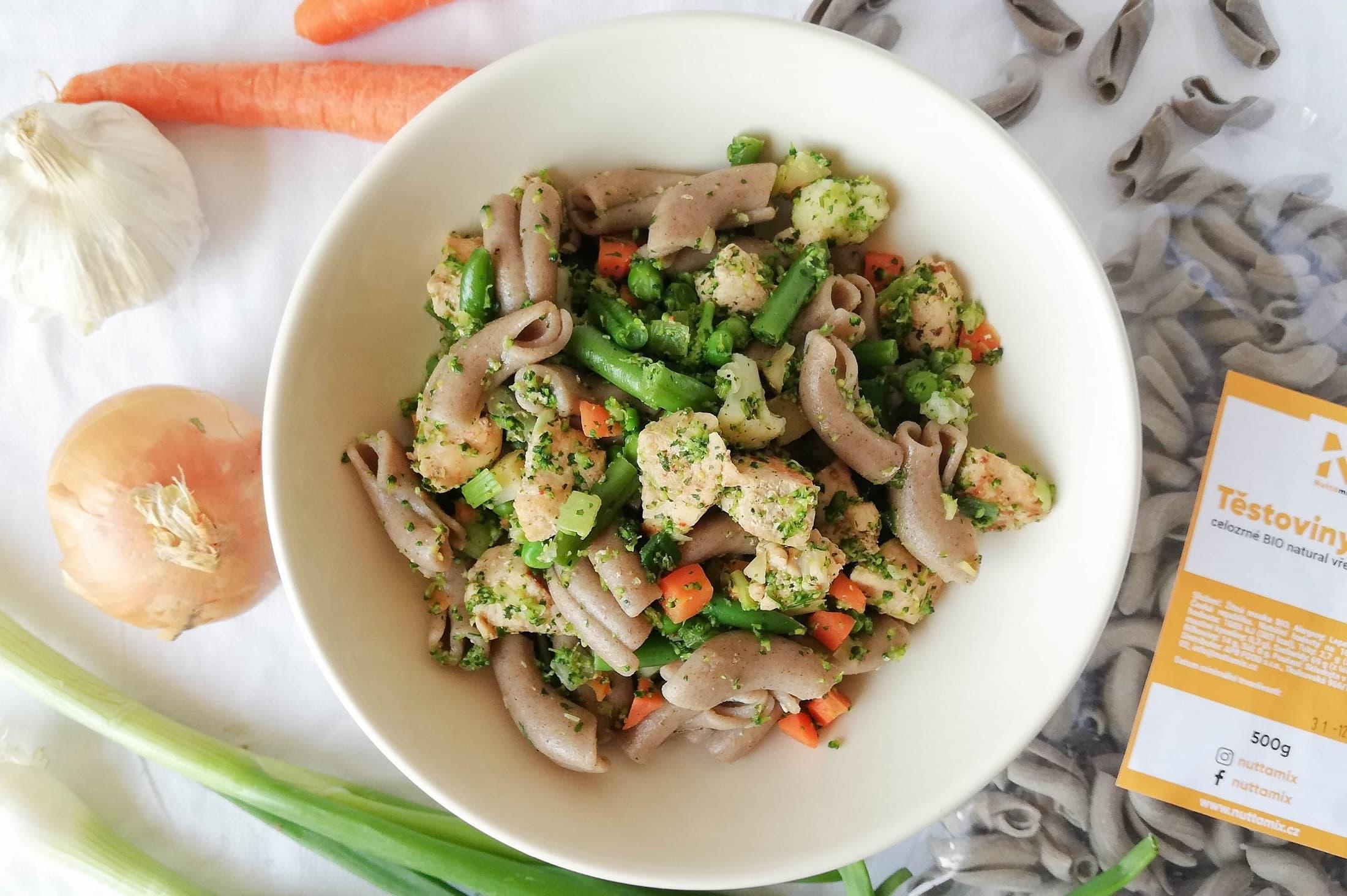 Recept: Těstovinový salát s kuřecím masem a jarní cibulkou