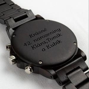 Dřevěné hodinky s gravírováním od značky Duppau jako dárek k narozeninám