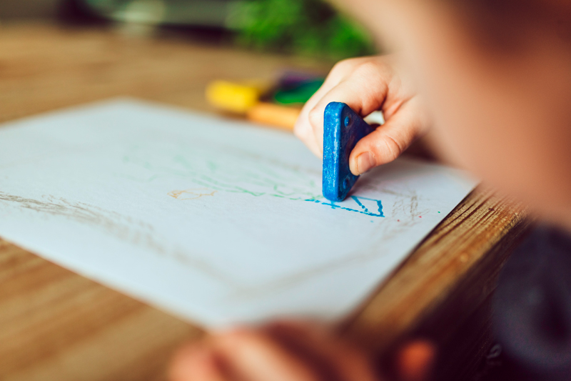 Zdravý vývoj dětí: Jak a kdy začít používat voskovky a pastelky?