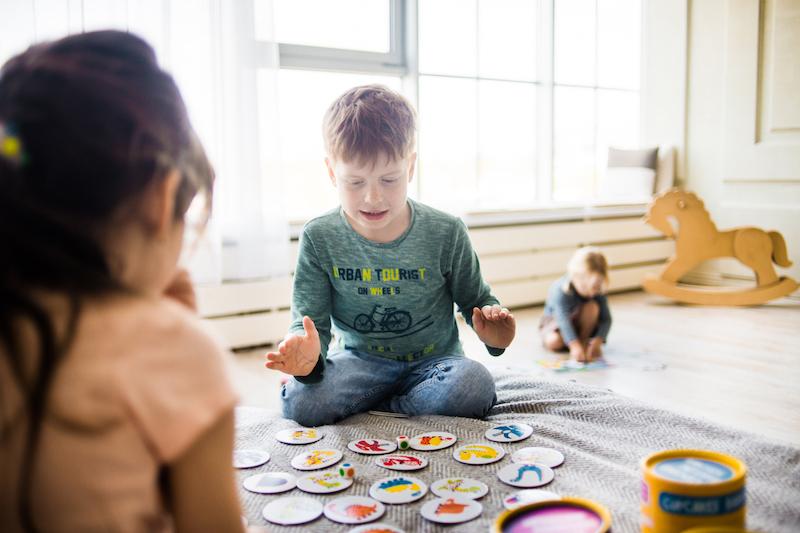 Jednoduché hry, které naučí vaše děti poznávat barvy