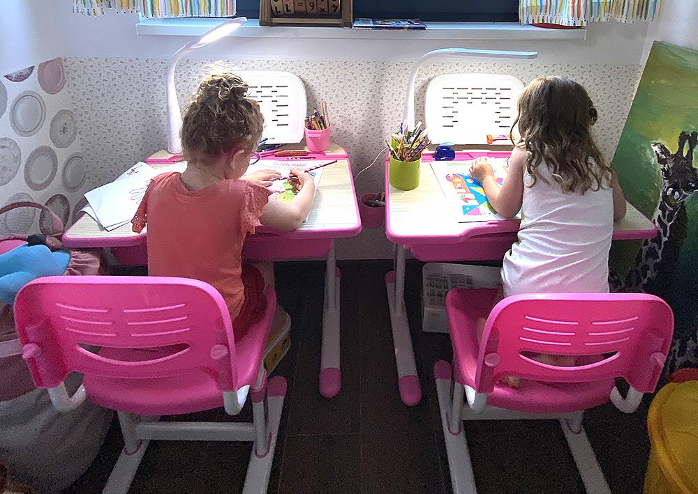 Recenze: Růžové stolky se židlemi. Průšvih nebo dobrý nákup?