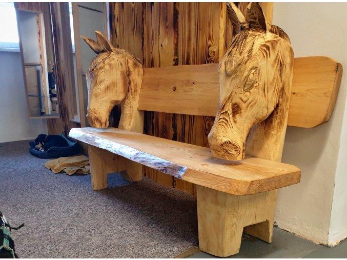 Dřevěná lavička s koňmi