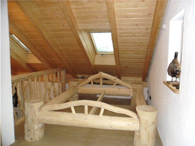 Srubová postel z masivní kulatiny, s čely