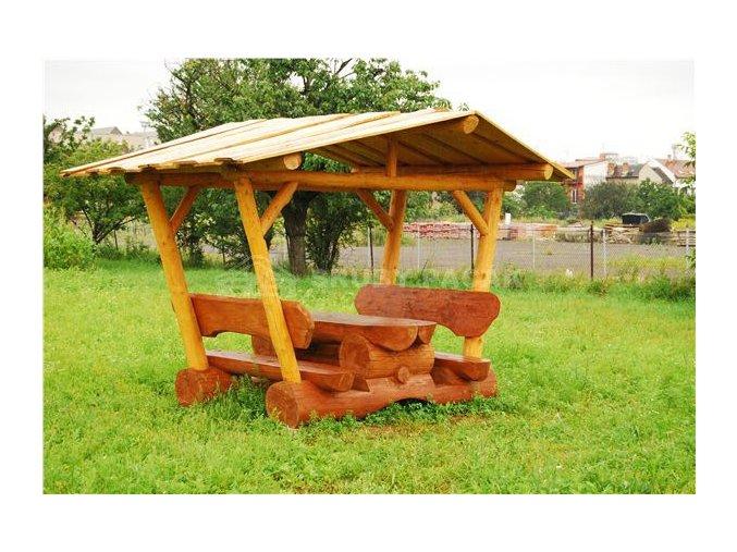 Dřevěný stůl s lavicemi  zastřešený