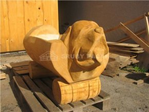 Dřevěné koryto s vyřezávanou hlavou