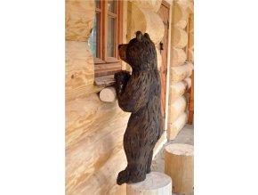 Dřevěná socha, Nahlížející medvěd