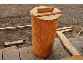 Dřevěný odpadkový koš s víkem