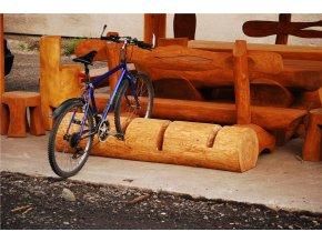 Dřevěný stojan na 4 kola