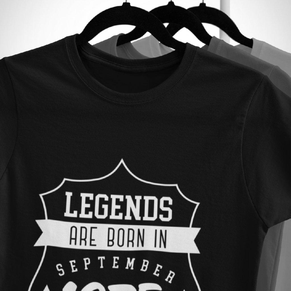 Pánské/Dámské tričko Legends are born in... (odznak)
