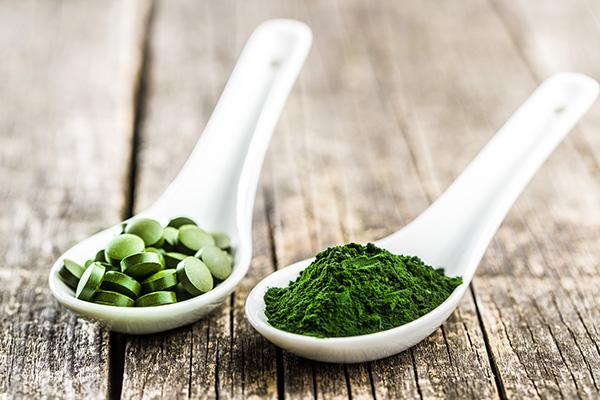 Předražená tráva a marketingová bublina? 5 mýtů o chlorelle, ječmenu a spirulině