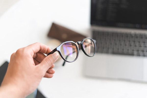 Brýle proti modrému světlu: chytrý lifehack k práci i večernímu seriálu