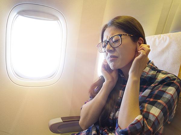 Proč v letadle bolí uší?