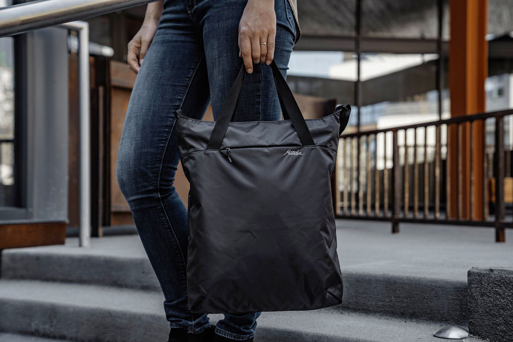 Matador On Grid taška cez rameno čierna Tote bag lifestyle 2