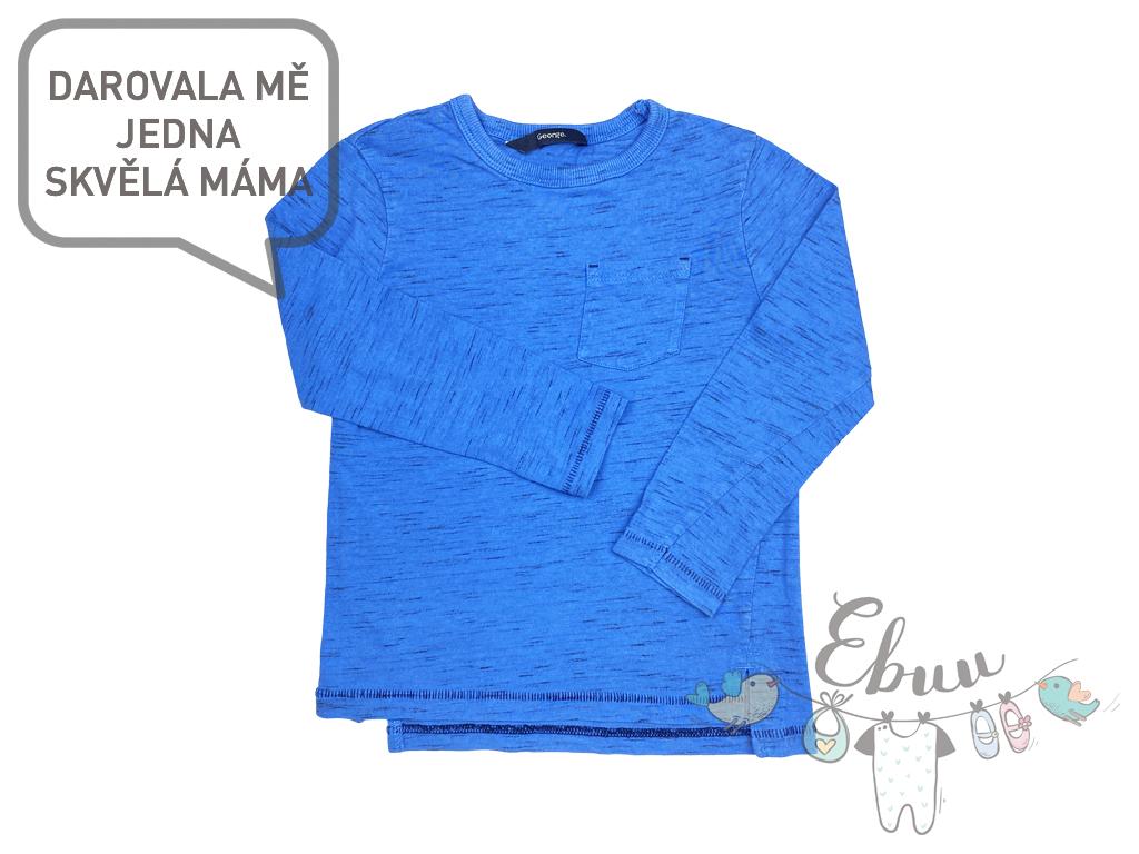 modré tričko s dlouhým rukávem