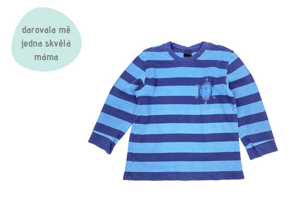 modromodré tričko s pruhy