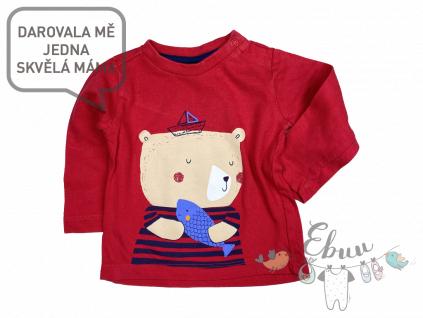 červené tričko s medvídkem