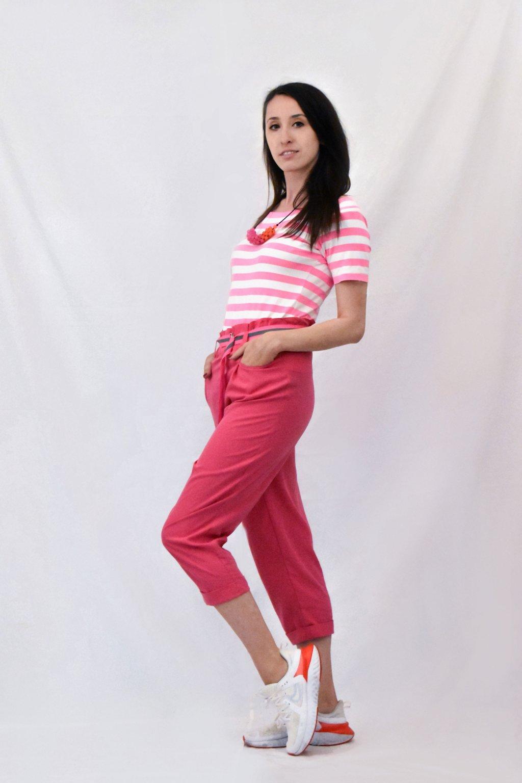 růžové kalhoty bok
