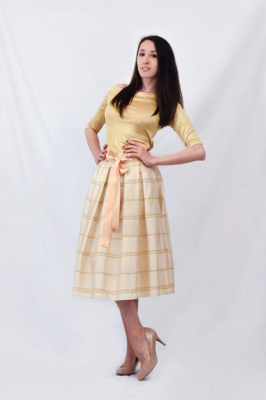 žlutá sukně bok