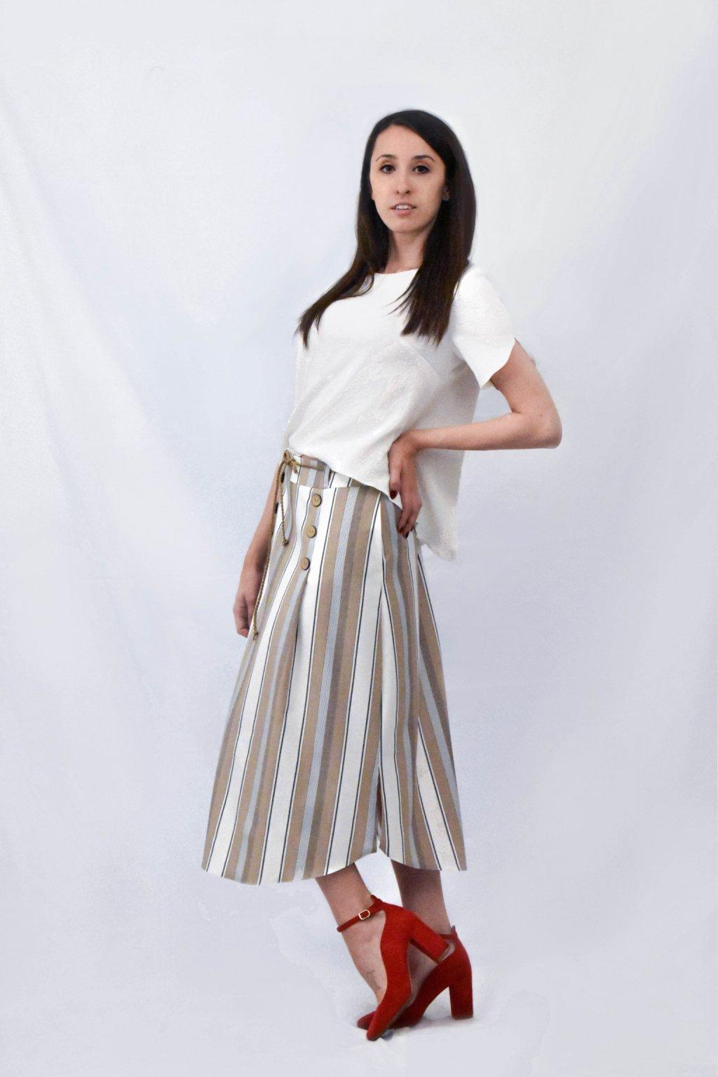 Bílé tričko béžová sukně bok