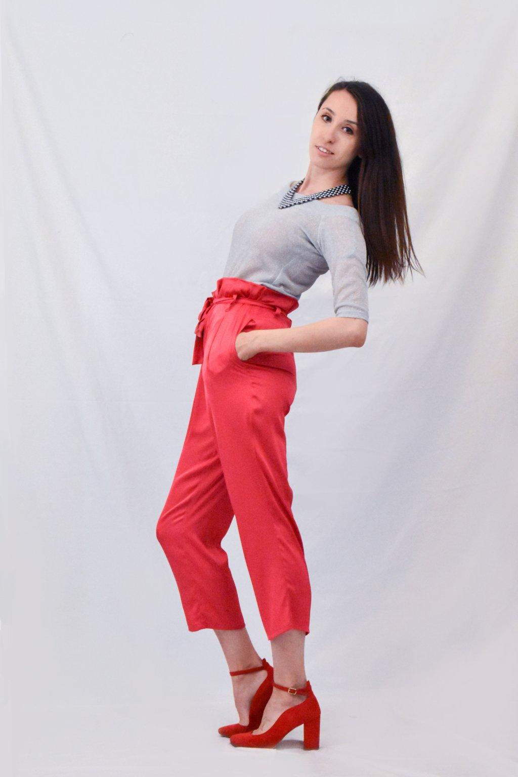 červené kalhoty bok