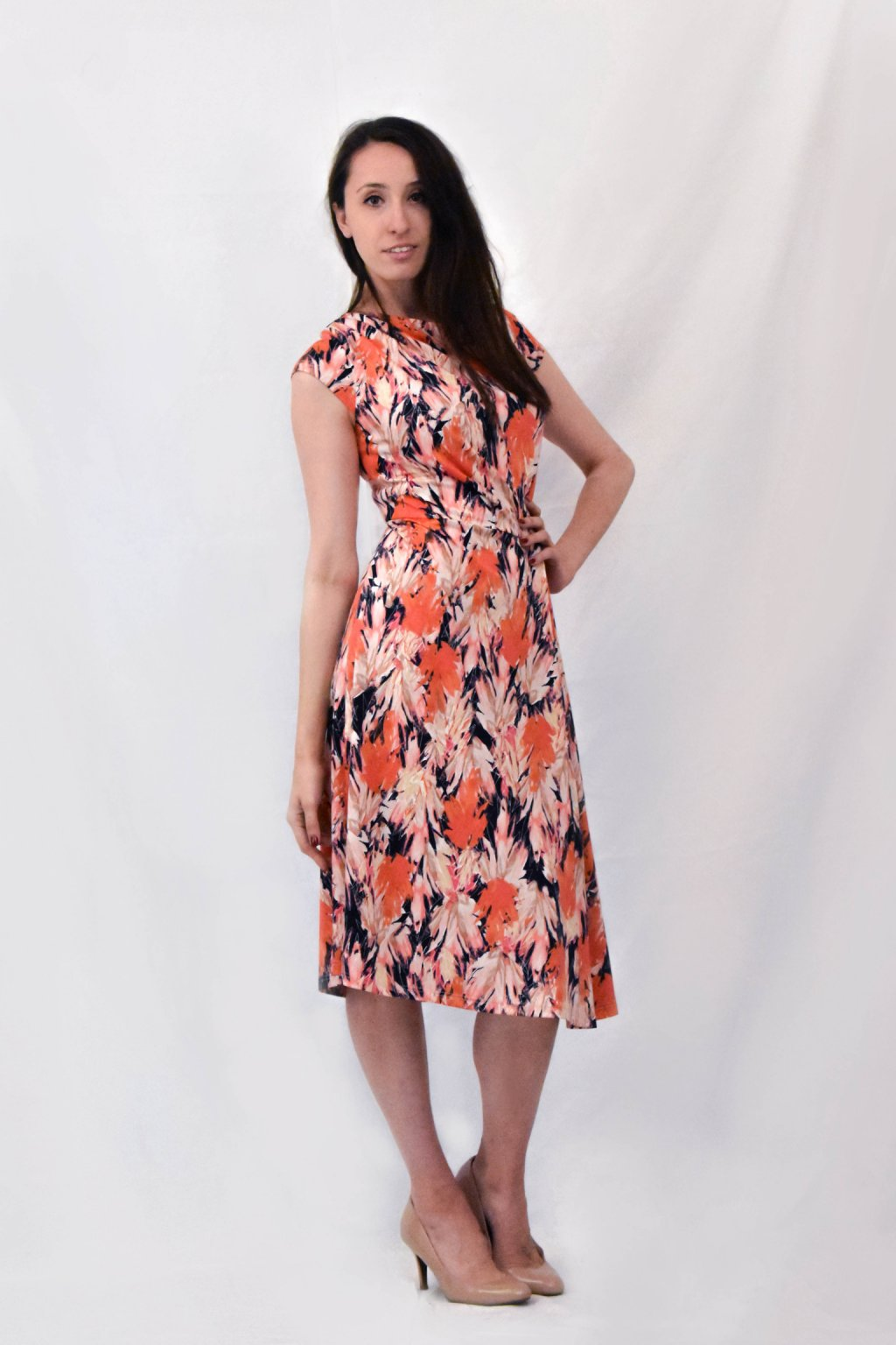 oranžové šaty bok