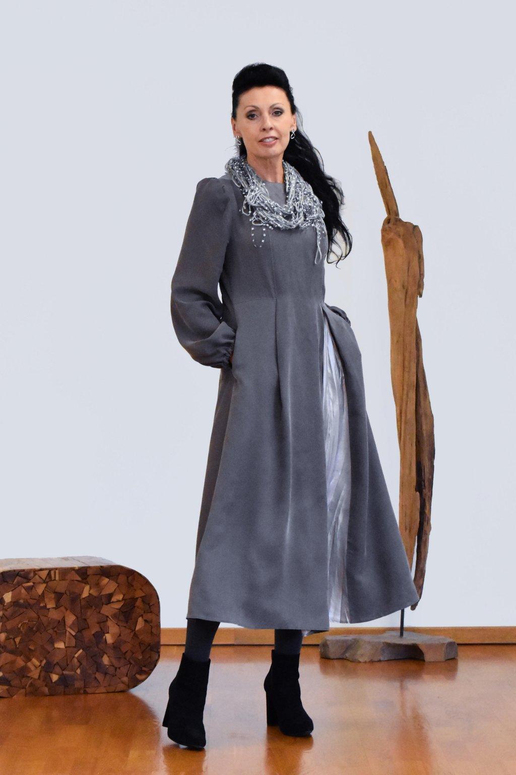 Tmavě šedé šaty s splisovaným stříbrným dílem