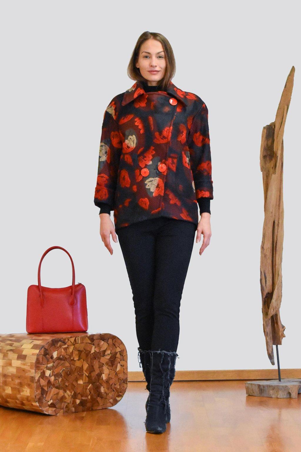Červený květovaný kabátek