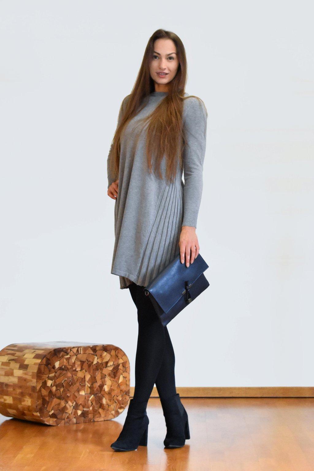 Úpletové šaty s bočními plisovanými díly