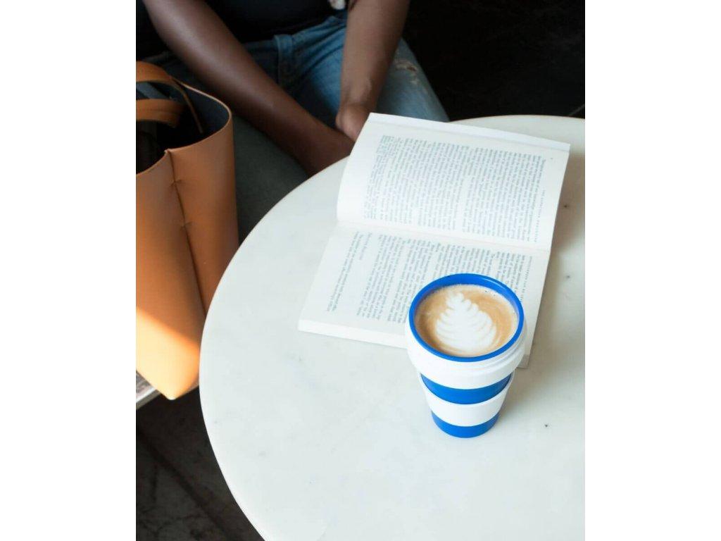 modry-pohar-na-kavu-stojo