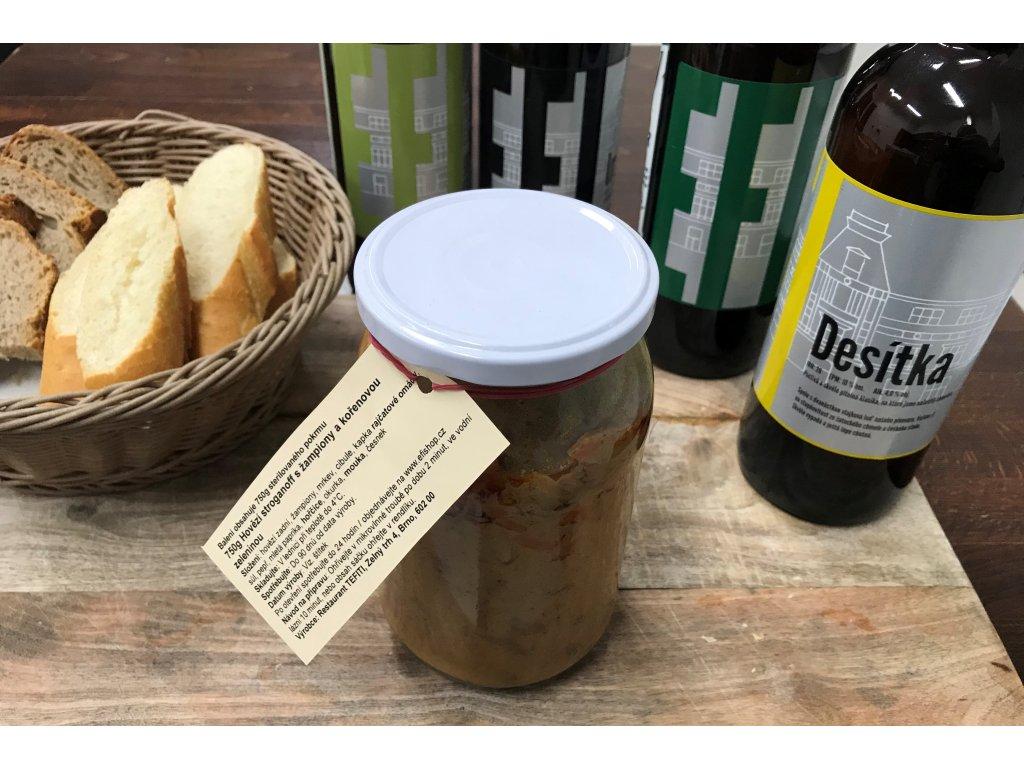 Hovězí stroganoff s žampiony a kořenovou zeleninou.