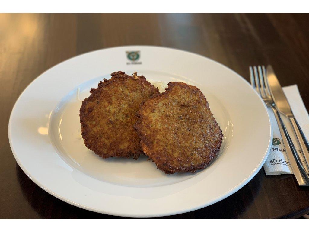 Hermelín v bramboráku se zelným salátem 2 porce