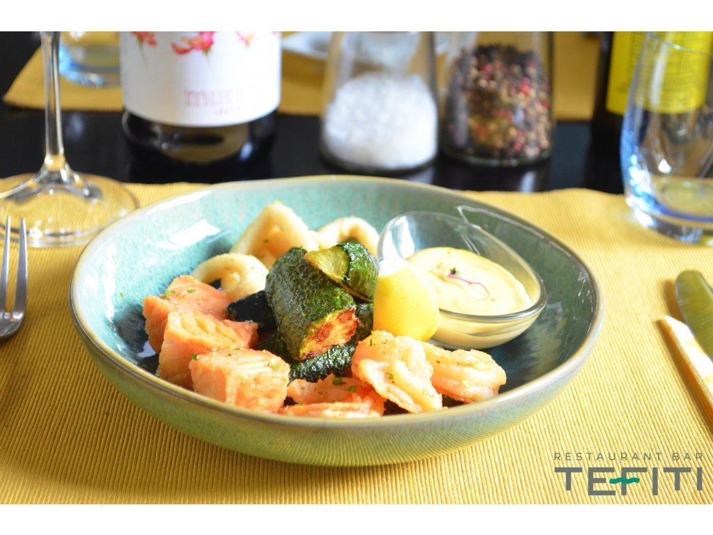 Fritované kalamáry, losos, krevety a cuketka s mangovou majonézou / TEFITI