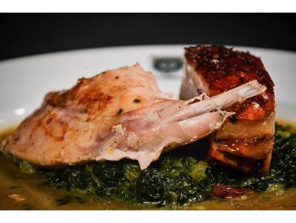 Pastrami burger s křenovou majonézou, kysaným zelím, domácí hranolky s BBQ dipem