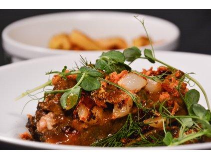 Smažený sýr, vařené brambory s pažitkou, domácí tatarská omáčka