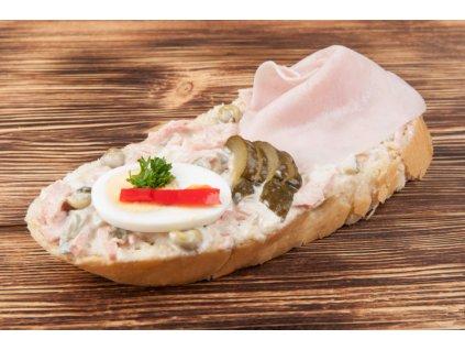 chlebicek se sunkou a salatem