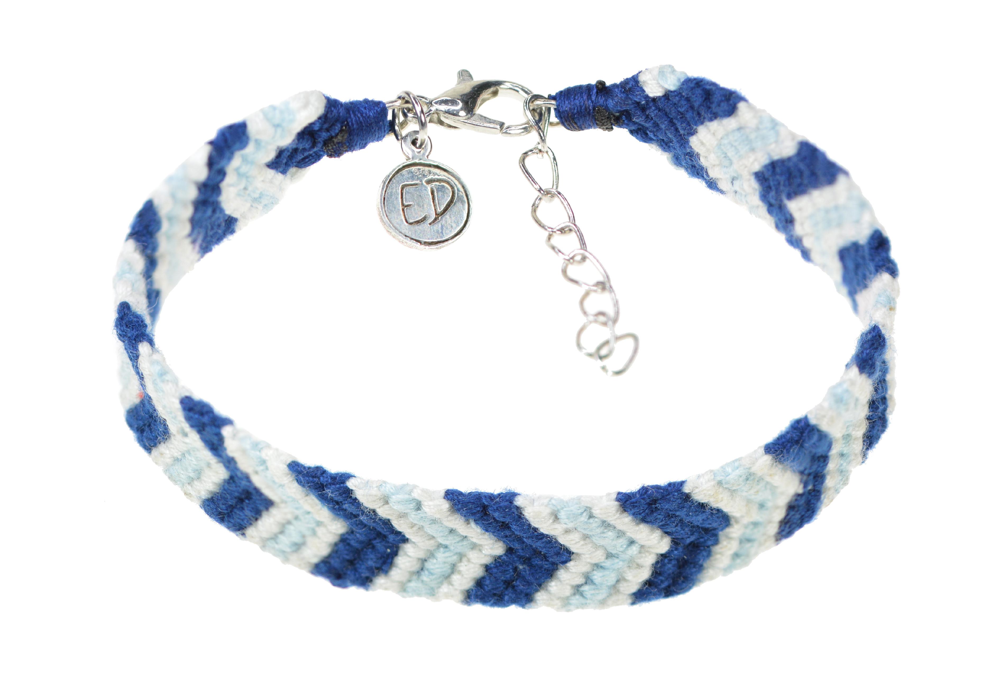Dámsky ručne pletený náramok so strieborným zapínaním - modro-biely