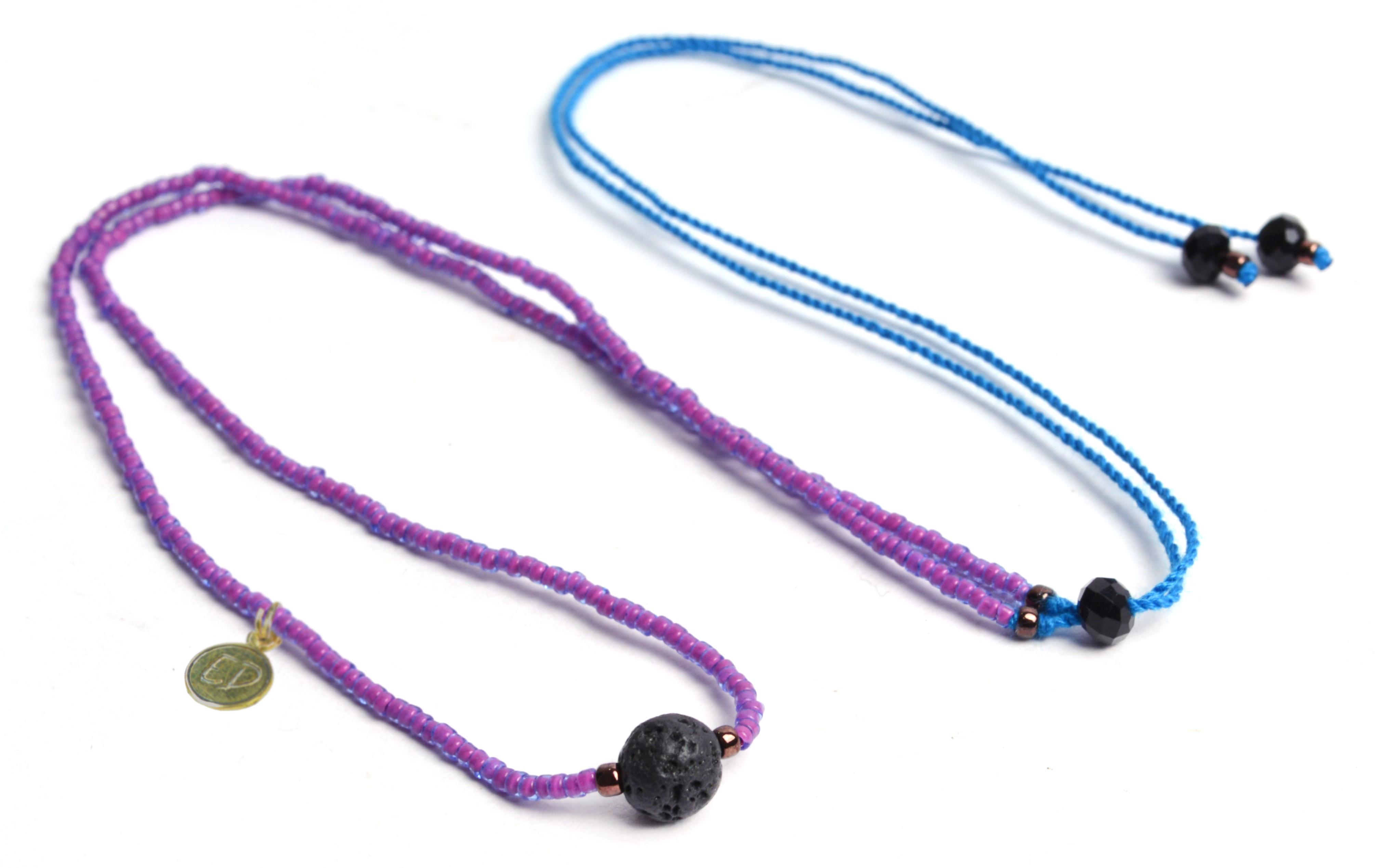 Náhrdelník z japonského rokajlu s korálkou rudraksha - fialový s modrou šnúrkou
