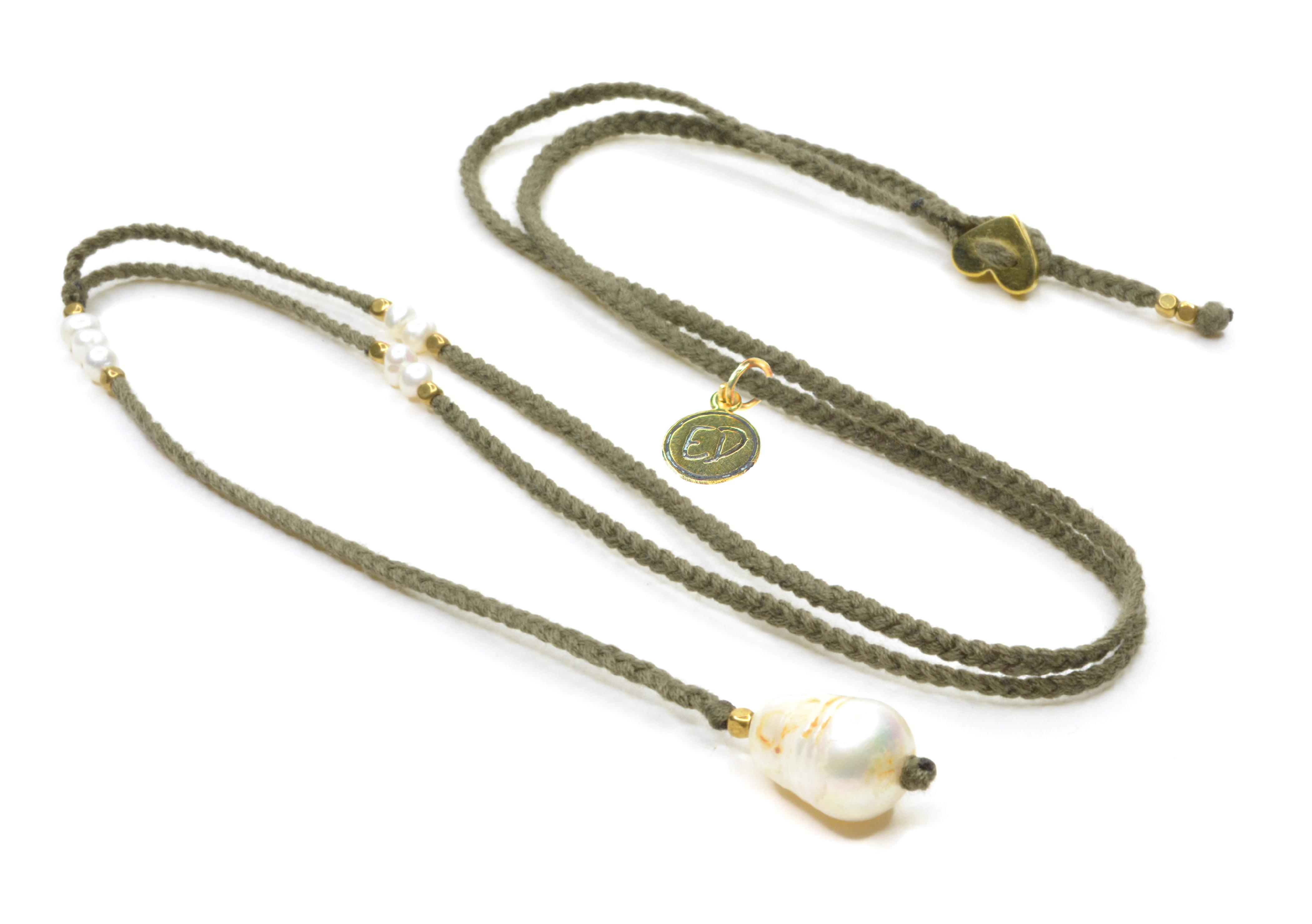 Dámsky ručne pletený náhrdelník s perlou - hnedý