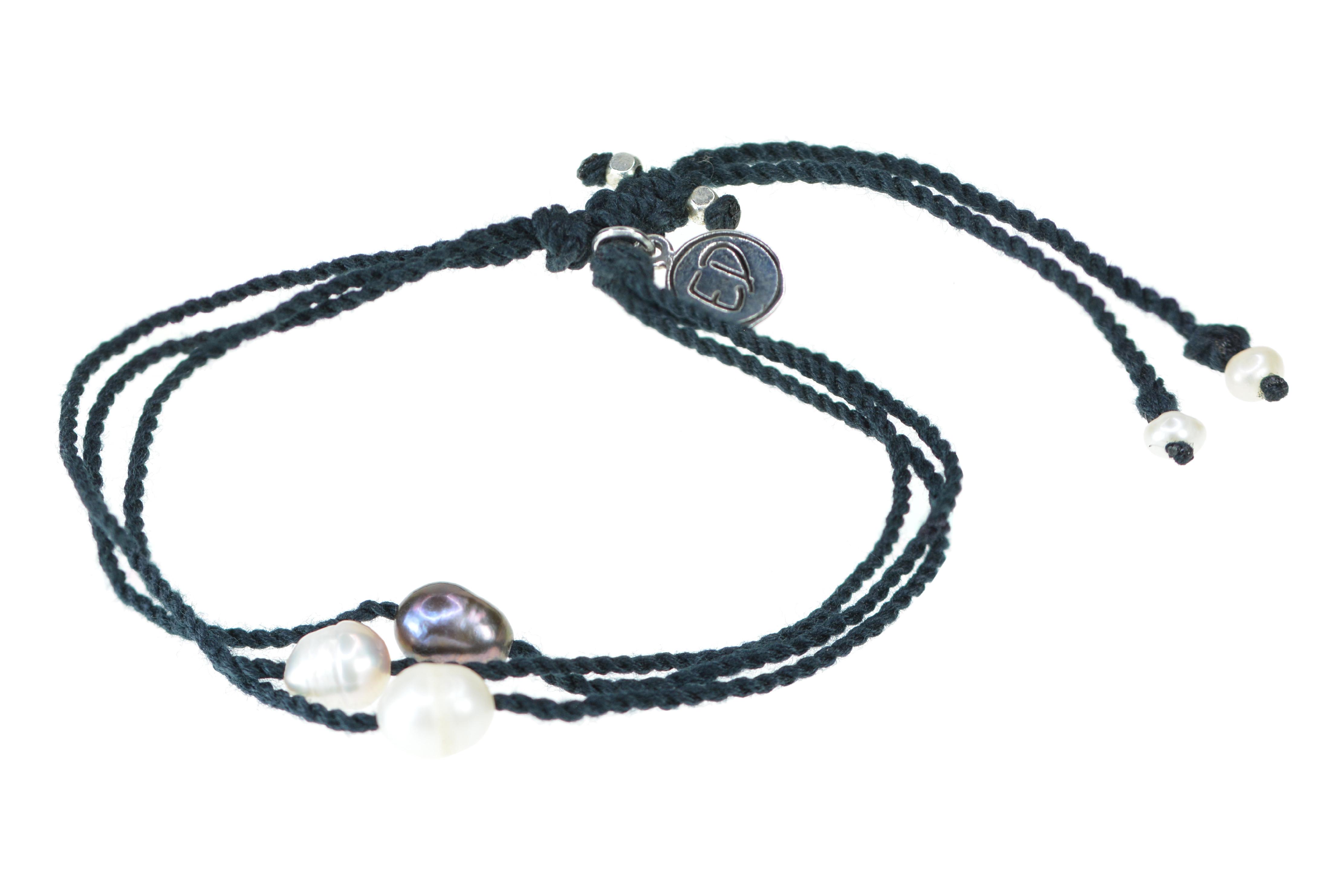 Dámsky pletený náramok s tromi perlami - čierny