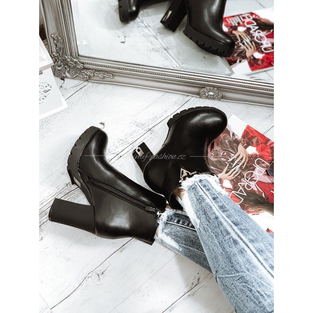Kotníčkové boty na podpatku AZUARA/černé