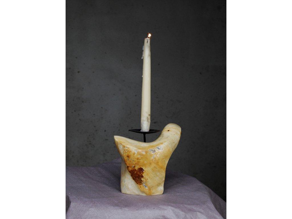 Kamenný svícen s bodcem
