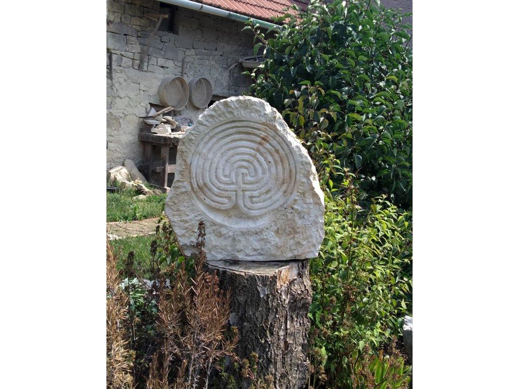 Kamenný reliéf ze džbánské opuky - labyrint(vzhledem k hmotnosti nad 30 kg preferujeme osobní odběr, případně lze zaslat dle aktuálního ceníku přepravních společností)