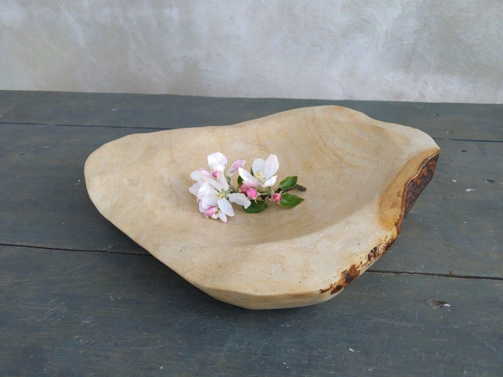 Větší kamenná miska z opuky