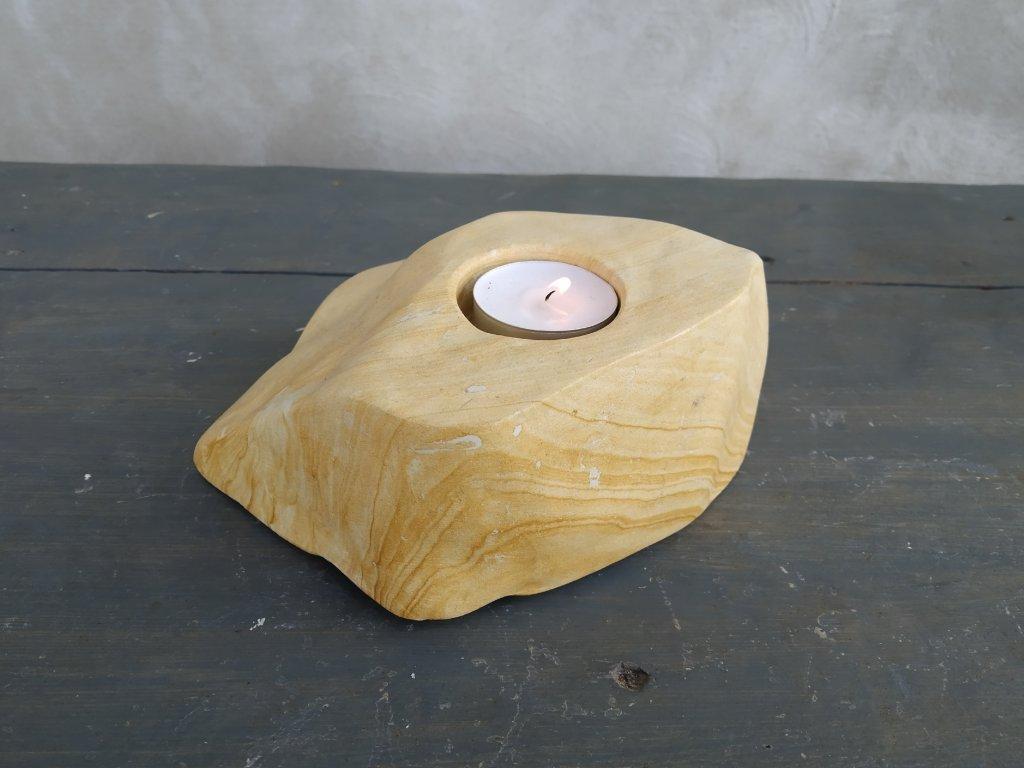 Kamenný svícen ze džbánské opuky