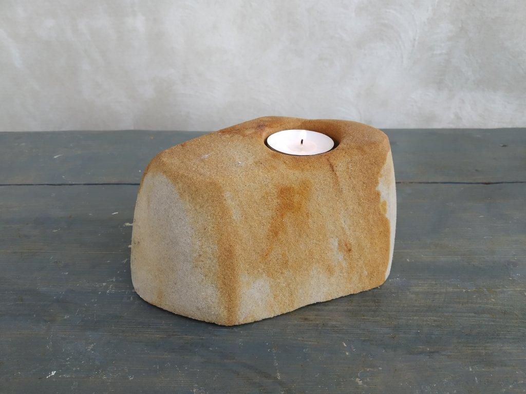 Kamenný svícen z pískovce
