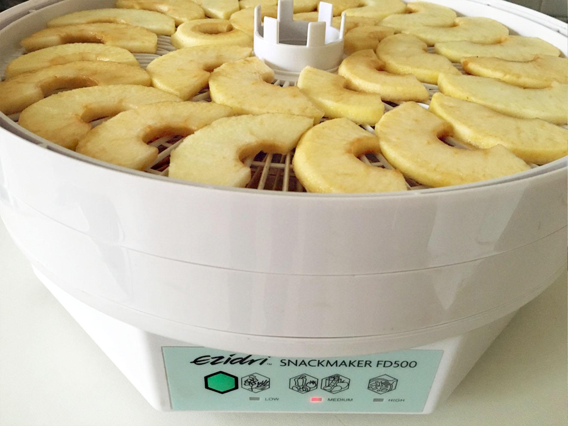 Jablka rozložená na sušících plátech
