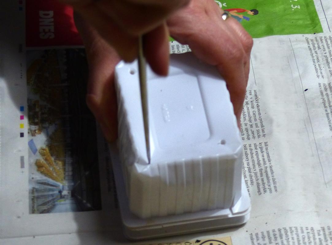 1. Prázdné vaničky od tvarohu nebo jiné plastové misky